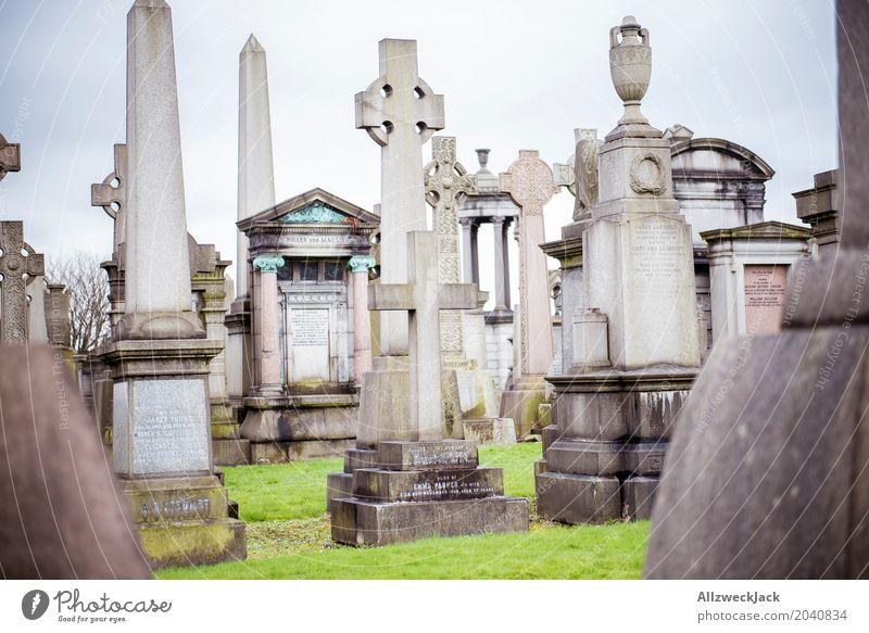 Gräber 2 Grab Grabstein Obelisk Kreuz Christliches Kreuz Denkmal Friedhof erinnern Glasgow Nekropolis Großstadt Schottland Trauer Frieden ruhig Vergänglichkeit