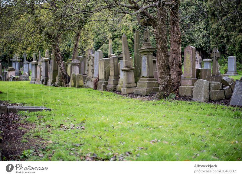 Gräber 3 Grab Grabstein Obelisk Kreuz Christliches Kreuz Denkmal Friedhof erinnern Glasgow Nekropolis Großstadt Schottland Trauer Frieden ruhig Vergänglichkeit