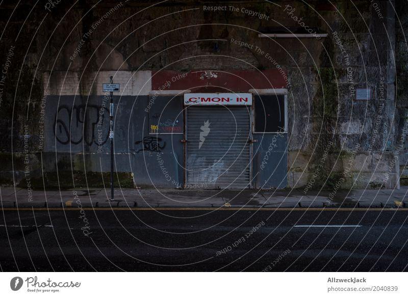 Verlockung alt Stadt Einsamkeit Architektur Wand Graffiti Gebäude Mauer dreckig Schriftzeichen Schilder & Markierungen geschlossen Stadtzentrum Verfall gruselig Bar