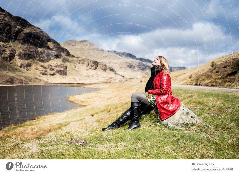 Sonne tanken 2 Mensch Frau Natur Ferien & Urlaub & Reisen Jugendliche Junge Frau Landschaft Erholung ruhig 18-30 Jahre Berge u. Gebirge Erwachsene Leben