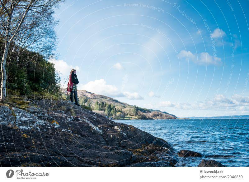 Schottland Tarbert Küste Mensch Frau Ferien & Urlaub & Reisen Jugendliche blau Junge Frau Wasser Landschaft Meer Erholung Einsamkeit Ferne 18-30 Jahre