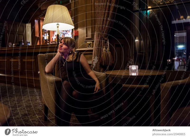 Girl in a Bar Mensch Frau Jugendliche Junge Frau schön 18-30 Jahre Erwachsene Lifestyle Innenarchitektur feminin Stil Freizeit & Hobby elegant warten beobachten