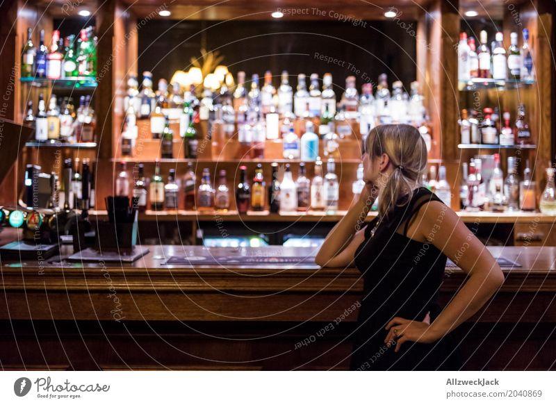 Girl on a Bar Lifestyle Alkohol Freizeit & Hobby Innenarchitektur Nachtleben Cocktailbar ausgehen Flirten trinken feminin Junge Frau Jugendliche Erwachsene