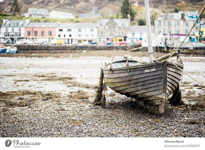 Boot bei Ebbe Tarbert Schottland Fischerdorf Hafenstadt Schifffahrt Segelboot Wasserfahrzeug dreckig maritim braun Einsamkeit Gelassenheit stagnierend ankern
