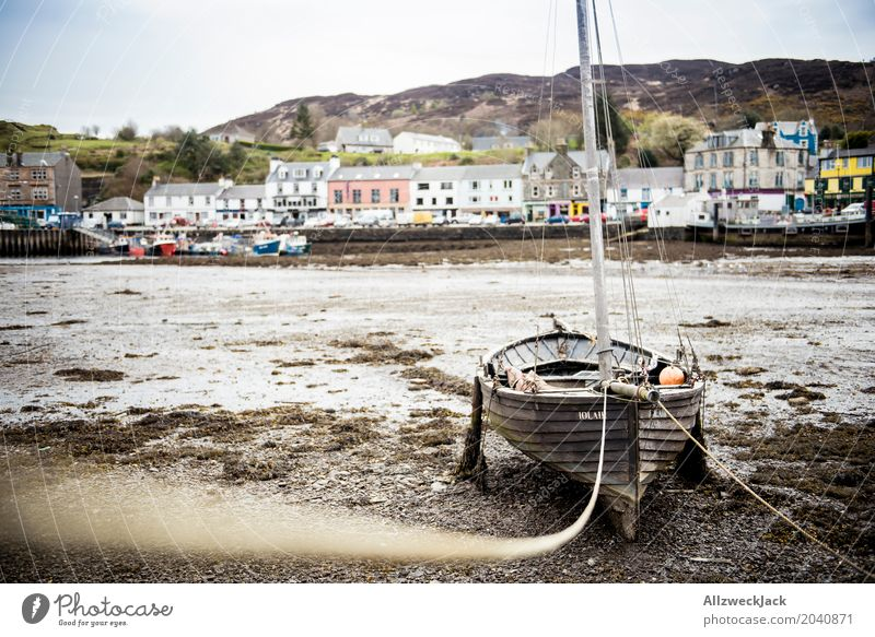 Boot bei Ebbe 2 Tarbert Schottland Fischerdorf Hafenstadt Schifffahrt Segelboot Wasserfahrzeug alt dreckig maritim braun Einsamkeit Gelassenheit