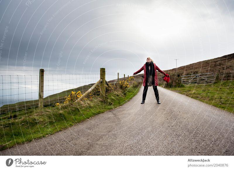 900 - Freiheit! Mensch Frau Ferien & Urlaub & Reisen Jugendliche Junge Frau Landschaft Erholung Freude Ferne 18-30 Jahre Erwachsene Leben kalt Frühling Küste