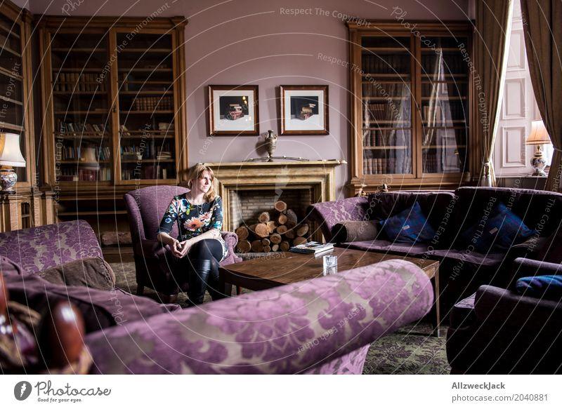 Im Kaminzimmer Mensch Frau Jugendliche Junge Frau Erholung 18-30 Jahre Erwachsene Innenarchitektur feminin Denken Häusliches Leben Raum Buch Sofa Reichtum