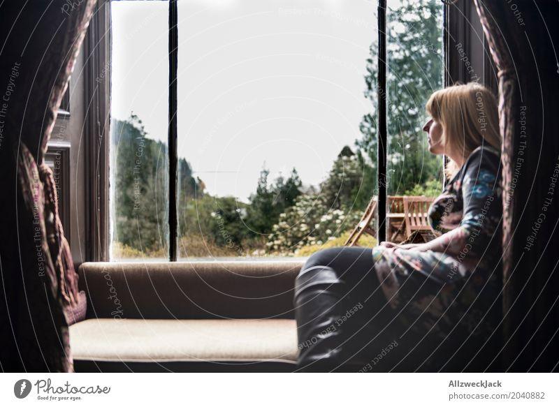 Frau am Fenster mit Ausblick 2 Erholung ruhig Ferien & Urlaub & Reisen Ausflug Ferne feminin Junge Frau Jugendliche Erwachsene Leben 1 Mensch 18-30 Jahre