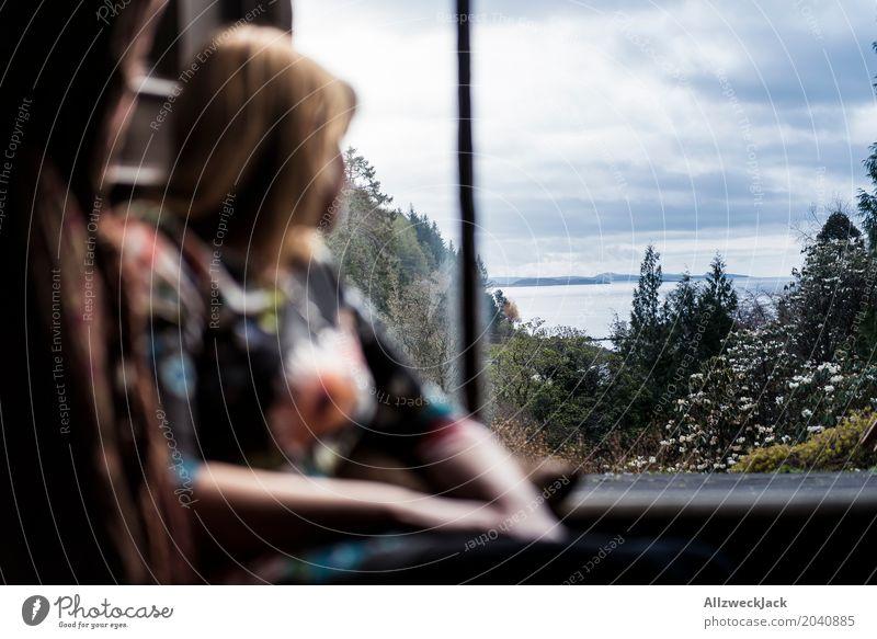 Frau am Fenster mit Ausblick Mensch Ferien & Urlaub & Reisen Jugendliche Junge Frau Landschaft Erholung Ferne 18-30 Jahre Erwachsene Leben Küste feminin