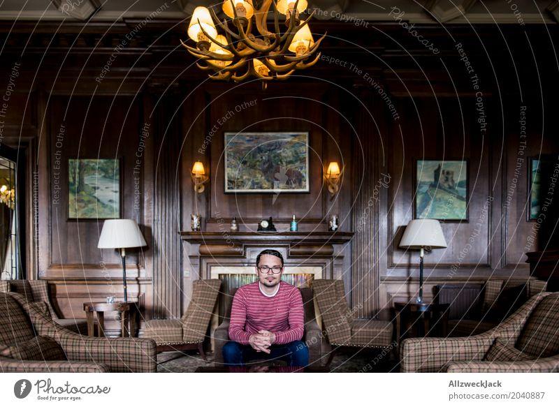 Im Jagtzimmer Mensch Jugendliche Mann Junger Mann 18-30 Jahre Erwachsene Leben Lifestyle Innenarchitektur Holz Häusliches Leben maskulin Raum elegant