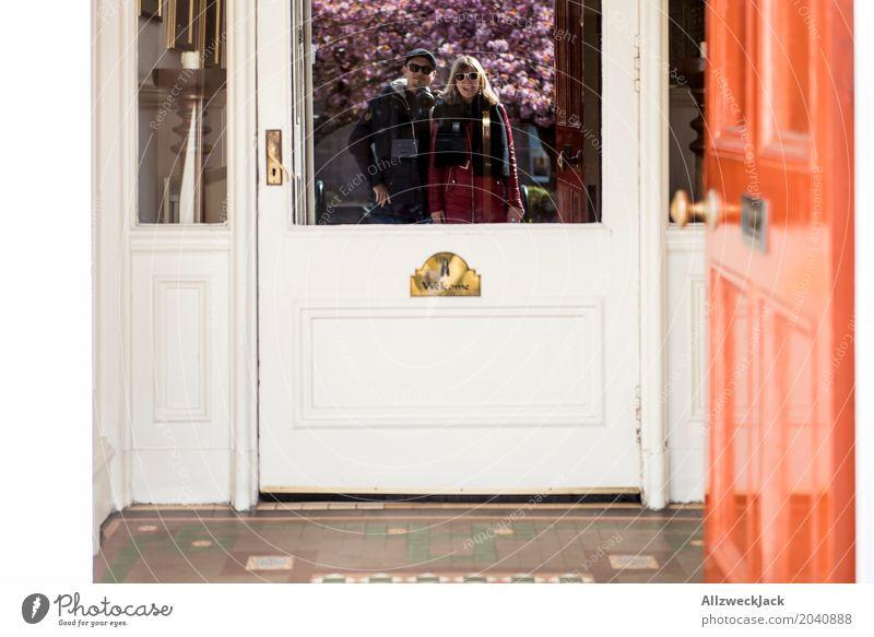 Willkommen! Lifestyle Ferien & Urlaub & Reisen Tourismus Städtereise Wohnung Haus Mensch Frau Erwachsene Mann Paar Leben 2 18-30 Jahre Jugendliche 30-45 Jahre
