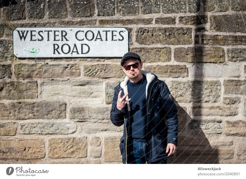 Thug life in a wrong city maskulin Junger Mann Jugendliche Erwachsene 1 Mensch 18-30 Jahre 30-45 Jahre Edinburgh Schottland Stadtrand Mauer Wand Sonnenbrille