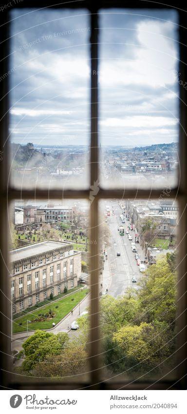 Durchs Fenster Edinburgh Schottland Stadt Stadtzentrum Altstadt Straßenverkehr dunkel blau grün Aussicht Fensterblick Gewitterwolken Ferien & Urlaub & Reisen