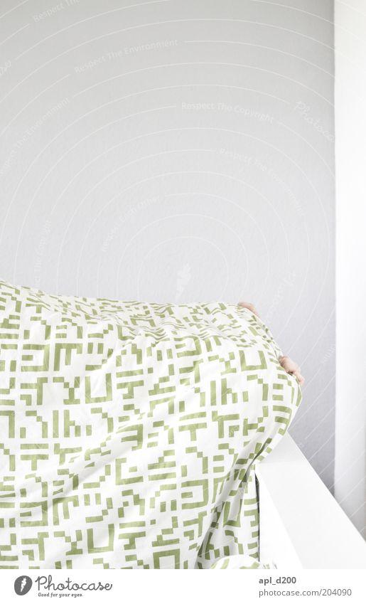 Eier suchen schlafen verstecken Häusliches Leben Hand Finger 1 Mensch grau grün weiß Scham Erholung Bett Bettdecke Wand Farbfoto Gedeckte Farben Innenaufnahme