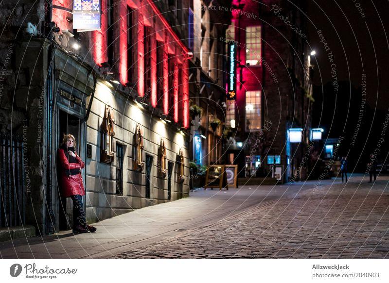 The Royal Mile at Night Mensch Frau Ferien & Urlaub & Reisen Jugendliche Junge Frau Haus 18-30 Jahre Erwachsene Architektur feminin Gebäude Tourismus stehen