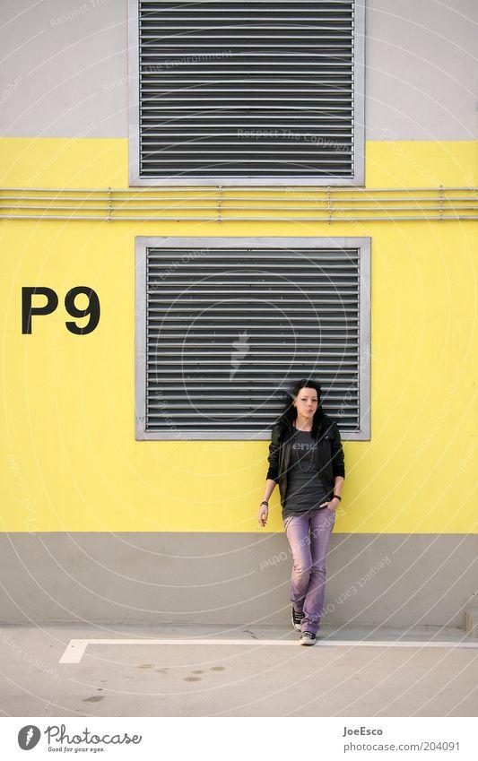 frauenparkplatz Frau Mensch Jugendliche schön Erholung Leben Wand Gefühle Erwachsene Mauer warten stehen Coolness einzigartig T-Shirt Jeanshose