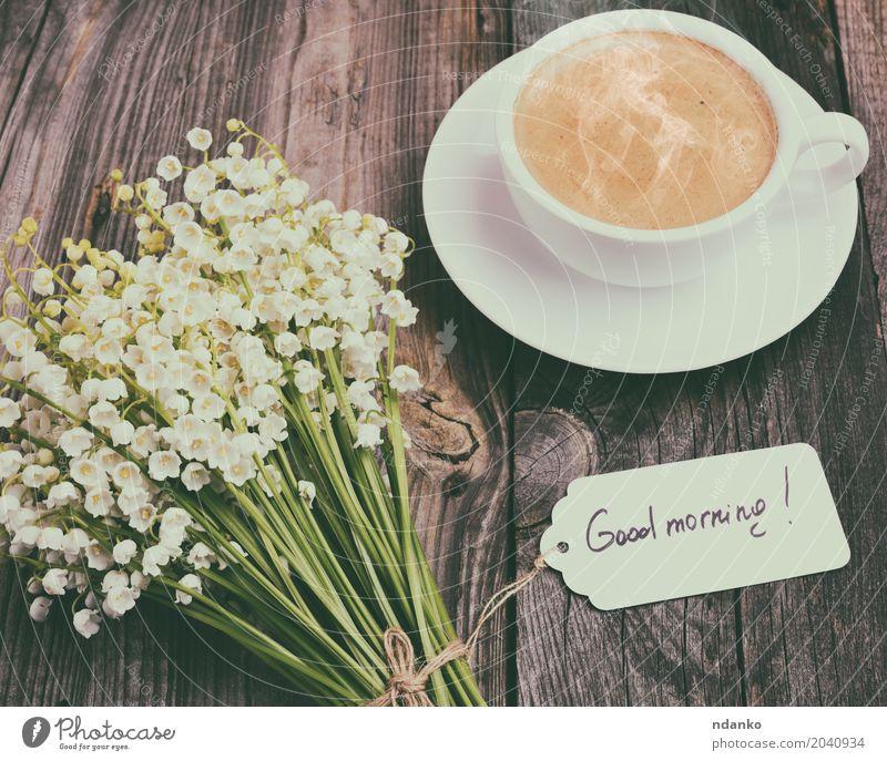 Tasse heißen schwarzen Kaffee und ein Bouquet Frühstück Heißgetränk Espresso Becher Tisch Restaurant Blume Blumenstrauß Holz Blühend frisch gut oben retro braun