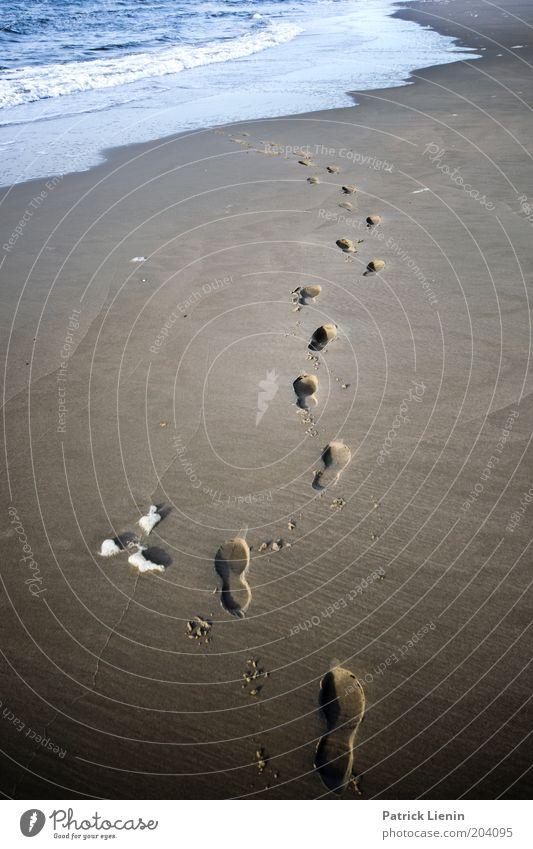 Weg ins Wasser Wasser Meer Sommer Strand dunkel Wege & Pfade Sand Wellen Küste Wetter laufen Umwelt Spaziergang Klima Spuren Symbole & Metaphern