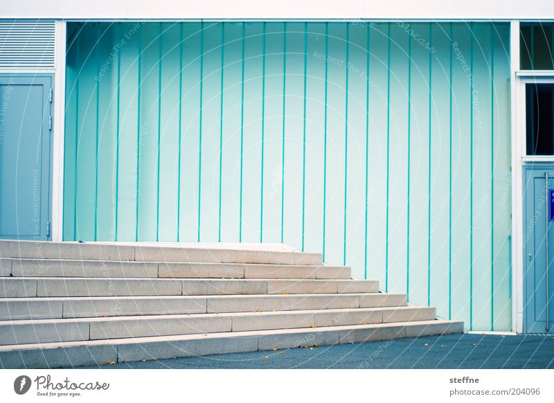Bühne blau Wand Mauer Tür Design Fassade Treppe modern