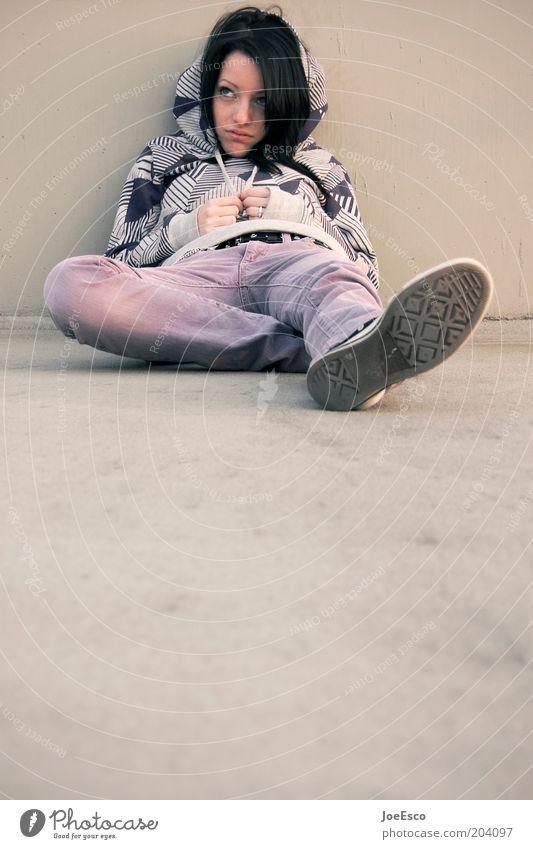 #204097 Lifestyle Freizeit & Hobby Mensch Junge Frau Jugendliche Leben 1 18-30 Jahre Erwachsene Mauer Wand Jeanshose Pullover langhaarig beobachten Denken