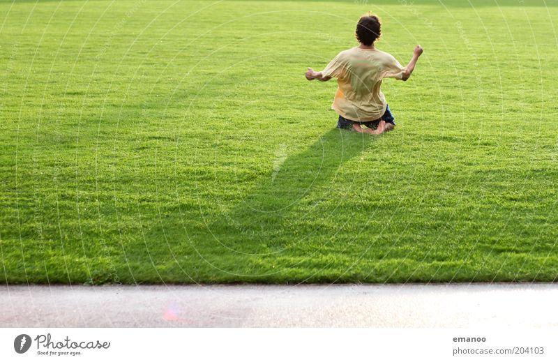 Welt Meister Mensch Jugendliche grün Freude gelb Sport Gras Fußball Erwachsene Arme maskulin nass Erfolg hoch T-Shirt Freizeit & Hobby