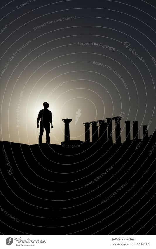 last man standing maskulin Mann Erwachsene Theater Ruine Jordanien Jerash Amphitheater Römer Säule dunkel Kulisse Körperhaltung Held dramatisch Dramatik