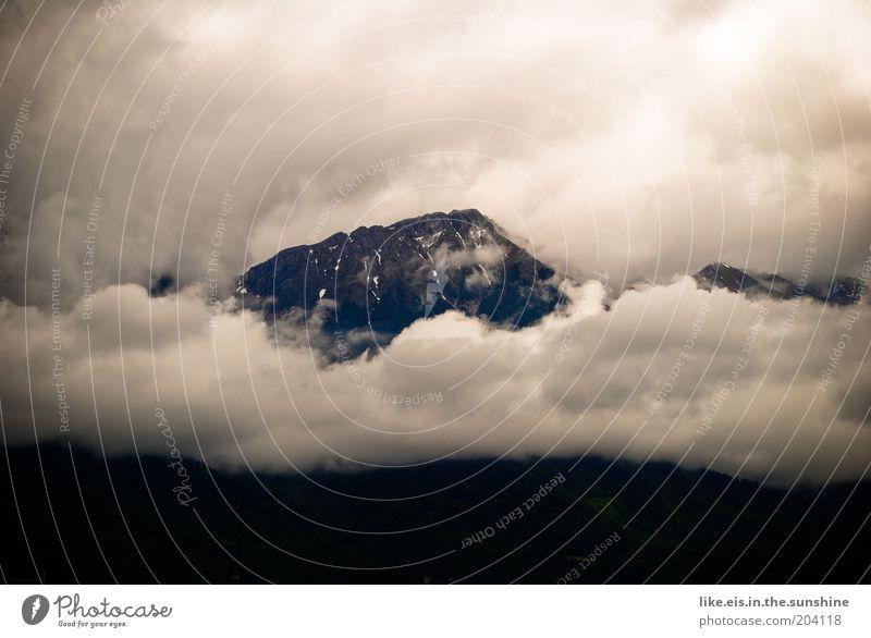majestätisch. Wolken Ferne Berge u. Gebirge Regen Erde Nebel Felsen Alpen Gipfel Unwetter schlechtes Wetter Wolkenhimmel Naturgewalt Nebelbank