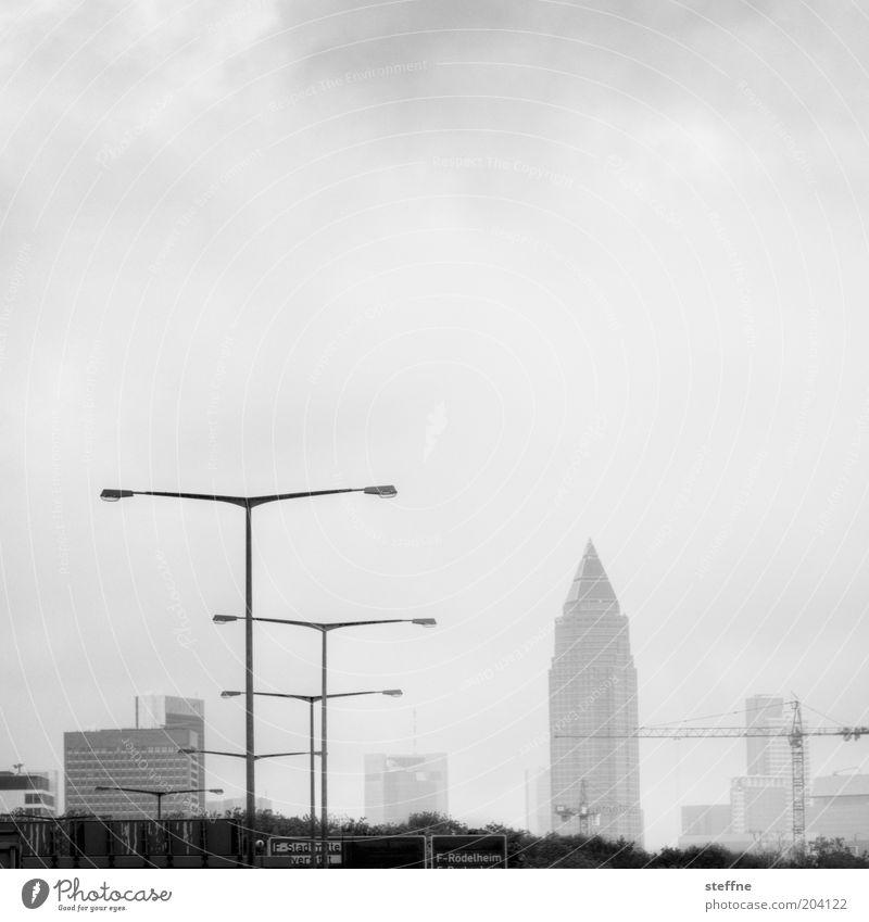Messeturm für Lurpi Frankfurt am Main Stadt Skyline Hochhaus Straße Autobahn Kapitalwirtschaft Handel Laterne Kran Zukunft Schwarzweißfoto Außenaufnahme