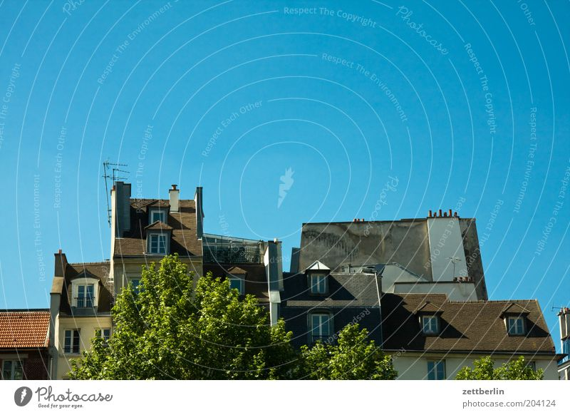 Dächer, Montmartre Paris Haus Dachgeschoss Architektur Wolkenloser Himmel Blauer Himmel Hintergrund neutral Textfreiraum oben Dachfenster Schornstein Wohngebiet