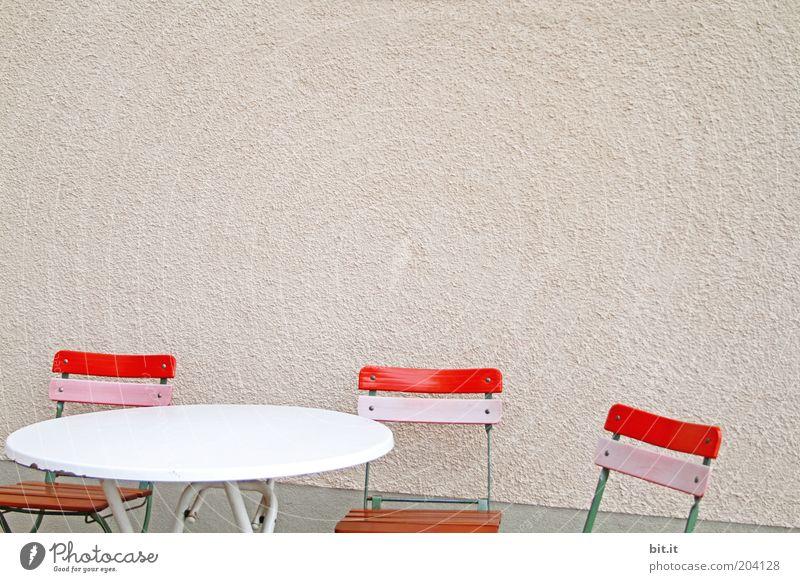 CATERINE VALENTES SCHMINKTISCH rot ruhig Wand Mauer rosa Fassade Tisch leer Stuhl Möbel trashig Sitzgelegenheit Textfreiraum rechts Sitzecke Klappstuhl Holzstuhl