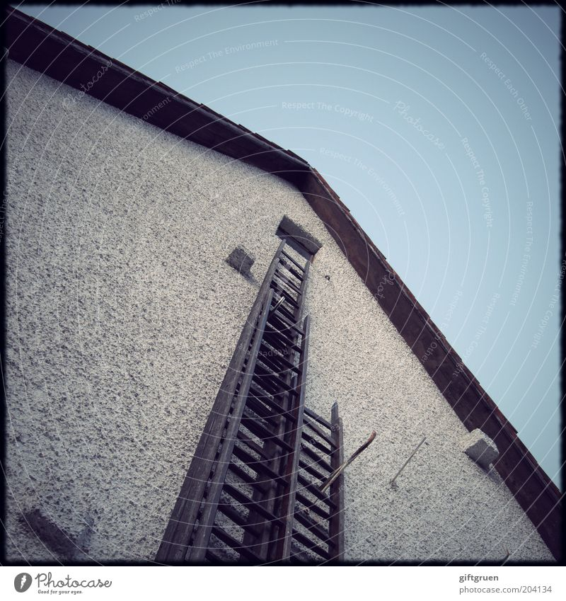 für aufsteiger Menschenleer Haus Einfamilienhaus Bauwerk Gebäude Architektur Mauer Wand Fassade Fenster Dach alt Aufsteiger aufsteigen Leiter Feuerleiter