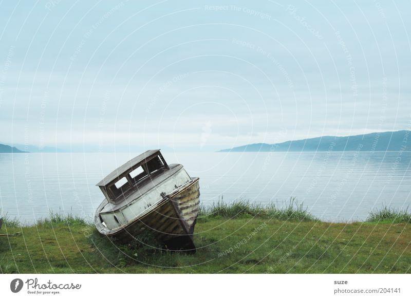 Kahn hat ausgedient Himmel Ferien & Urlaub & Reisen blau alt grün Wasser Meer Einsamkeit ruhig Wiese Gefühle Gras Küste Freiheit See Wasserfahrzeug