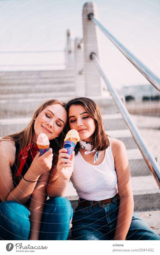 Beste Freunde des Jugendlichen, die zusammen Eiscreme essen Dessert Speiseeis Süßwaren Essen Lifestyle Freude Ferien & Urlaub & Reisen Sommer Sommerurlaub Sonne