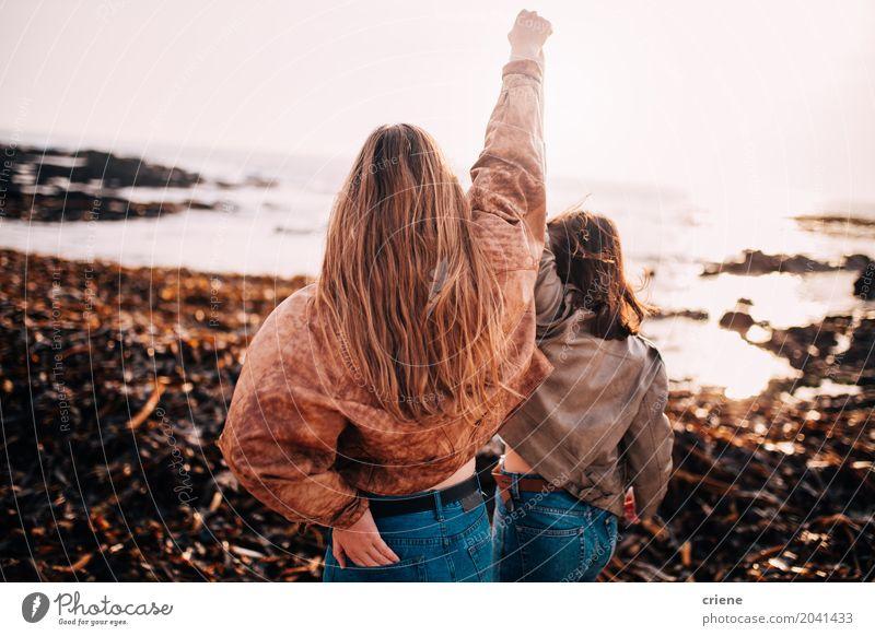 Freunde, die mit den Händen in der Luft jubeln Lifestyle Freude Glück Ferien & Urlaub & Reisen Freiheit Strand Feste & Feiern feminin Junge Frau Jugendliche
