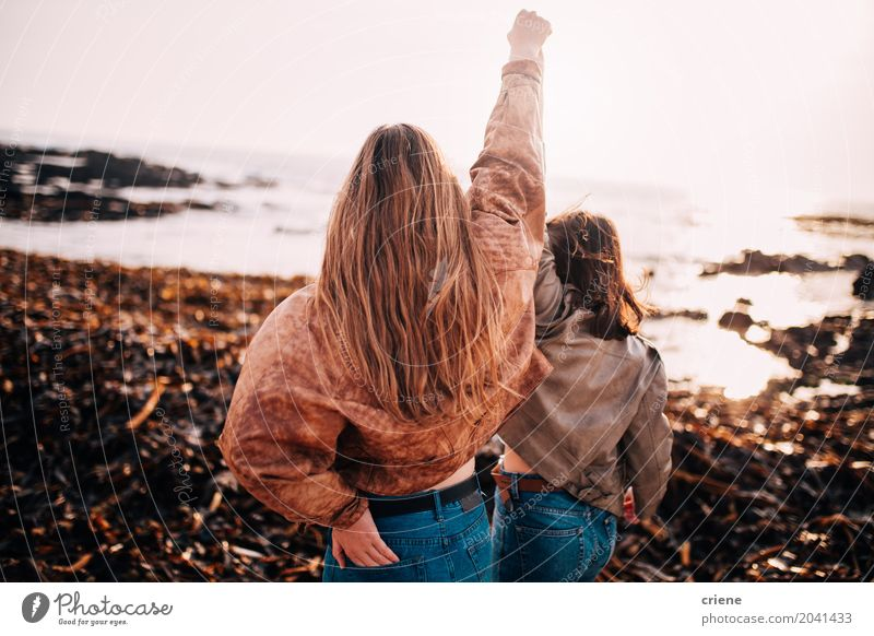 Freunde, die mit den Händen in der Luft jubeln Mensch Frau Ferien & Urlaub & Reisen Jugendliche Junge Frau Freude Strand 18-30 Jahre Erwachsene Leben Lifestyle