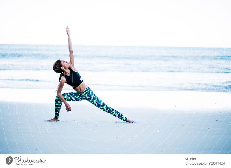 Afroamerikanerin bei Yoga-Übungen am Strand Lifestyle Körper Gesundheitswesen sportlich Fitness Leben Freizeit & Hobby Meer Wellen Sport Sport-Training Mensch