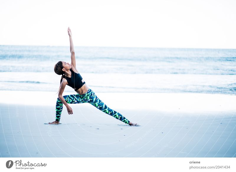 Mensch Frau Jugendliche Junge Frau Meer Strand 18-30 Jahre Erwachsene Leben Lifestyle Sport feminin Gesundheitswesen Sand Freizeit & Hobby Wellen