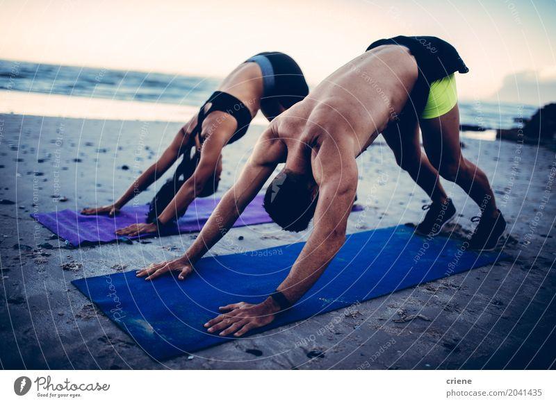 Geeignete junge erwachsene Paare, die Yoga auf Strand tun Lifestyle Körperpflege Gesundheitswesen sportlich Fitness Freizeit & Hobby Meer Wellen Sport Frau