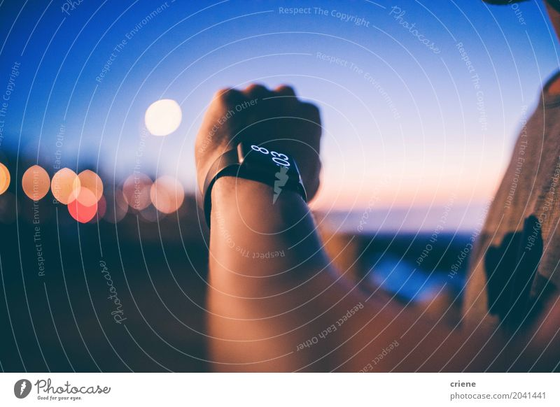 Mann, der Zeit auf seinem smartwatch überprüft Lifestyle Uhr Technik & Technologie Unterhaltungselektronik High-Tech Telekommunikation Informationstechnologie