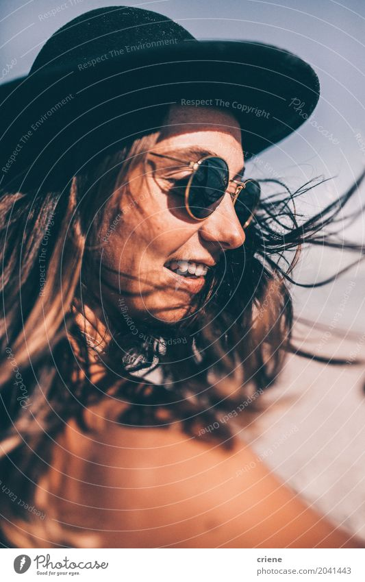 Junge glückliche Frau mit Sonnenhut am Strand Mensch Ferien & Urlaub & Reisen Jugendliche Junge Frau Sommer Erholung Freude 18-30 Jahre Erwachsene Lifestyle