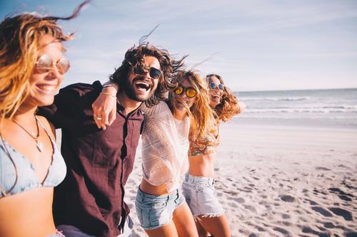 Mensch Ferien & Urlaub & Reisen Jugendliche Junge Frau Sommer Junger Mann Meer Freude 18-30 Jahre Erwachsene Lifestyle lachen Menschengruppe Paar Zusammensein