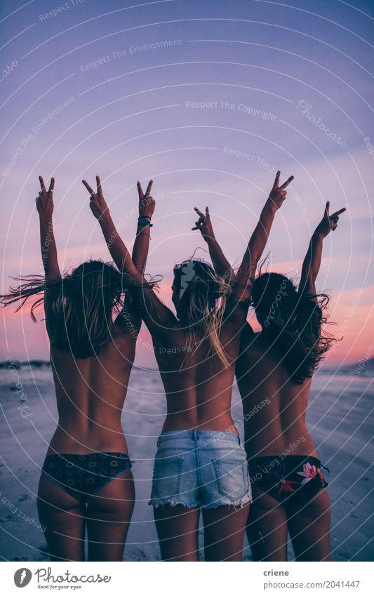Gruppe Frauen, die auf dem Strand topless zujubeln Mensch Ferien & Urlaub & Reisen Jugendliche Junge Frau Sommer Freude 18-30 Jahre Erwachsene Lifestyle feminin