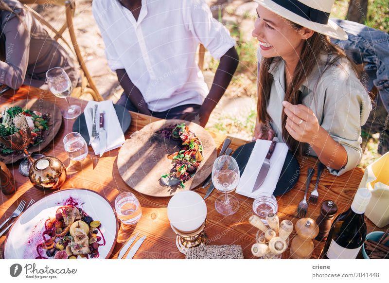 Gruppe junge erwachsene Freunde, die zusammen Mittagessen genießen Essen trinken Alkohol Teller Gabel Lifestyle Sommer Tisch Party feminin Junge Frau