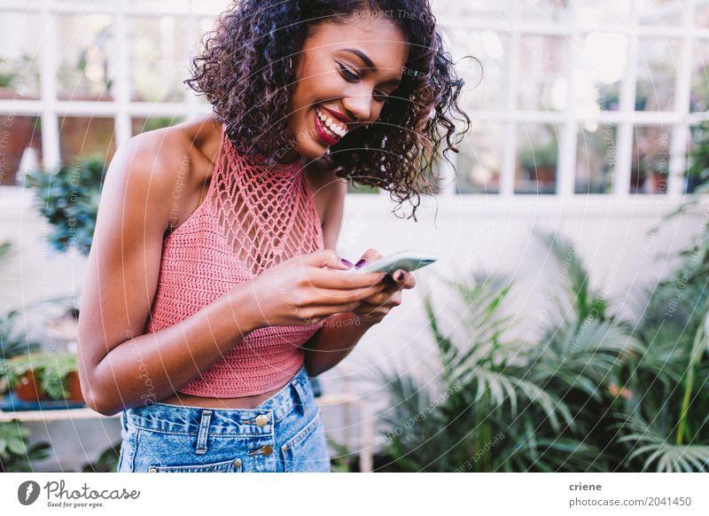 Mensch Frau Jugendliche Junge Frau Sommer Freude 18-30 Jahre Erwachsene Lifestyle feminin Glück Garten Technik & Technologie Telekommunikation Lächeln Telefon
