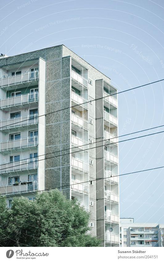 Sozialbau Stadt Haus Hochhaus Fassade Balkon Häusliches Leben Plattenbau Oberleitung Stadtteil Dresden Fenster Gedeckte Farben mehrfarbig Außenaufnahme Muster