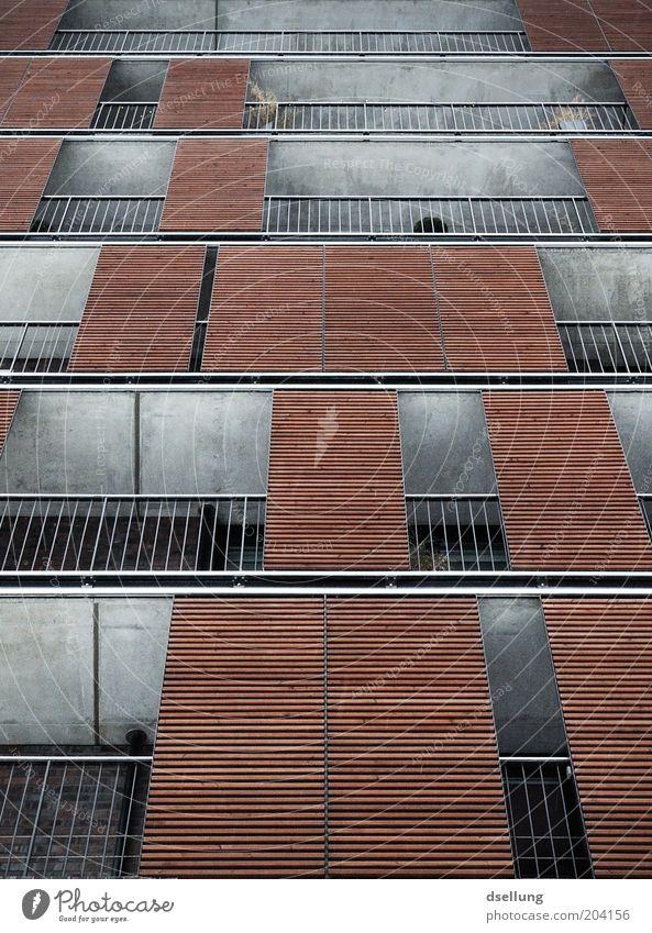 Balkonien Haus kalt Fenster Holz Architektur Hochhaus Fassade modern trist fest Balkon Geländer Weitwinkel Gebäude Mehrfamilienhaus