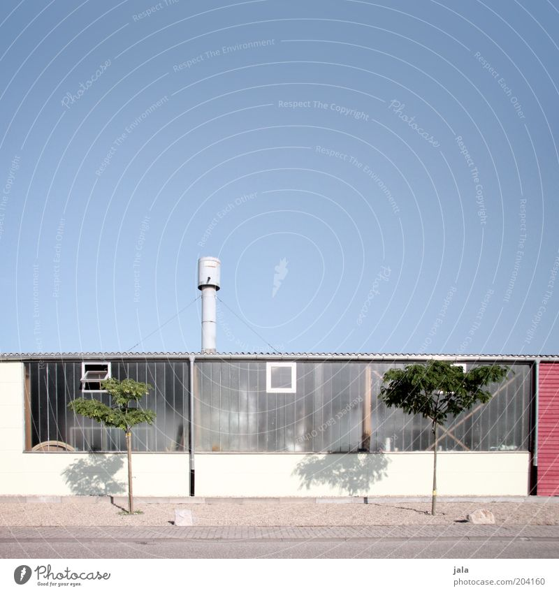 werkstatt Himmel Baum Arbeit & Erwerbstätigkeit Fenster Gebäude Fassade Industrie Industriefotografie Fabrik Handwerk Bauwerk Werkstatt Unternehmen Schornstein