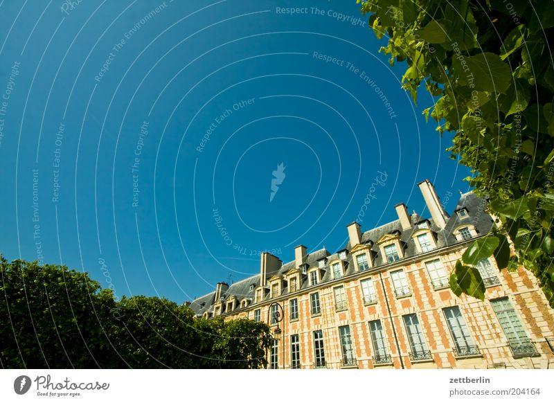 Place des Vosges Frankreich Paris Hauptstadt Platz victor hugo Fassade Fenster Fensterfront marais Himmel blau Sommer Ferien & Urlaub & Reisen Städtereise