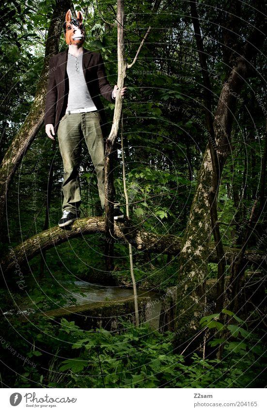 ureinwohner bayerns Mensch maskulin 1 Umwelt Natur Landschaft Baum Sträucher Moos Maske stehen außergewöhnlich bedrohlich dunkel gruselig rebellisch trashig