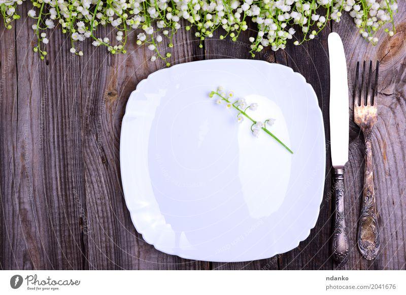 Weiße Platte mit Vintage Eisen Besteck Abendessen Festessen Teller Gabel Dekoration & Verzierung Tisch Küche Restaurant Blume Holz Metall alt Blühend oben weiß